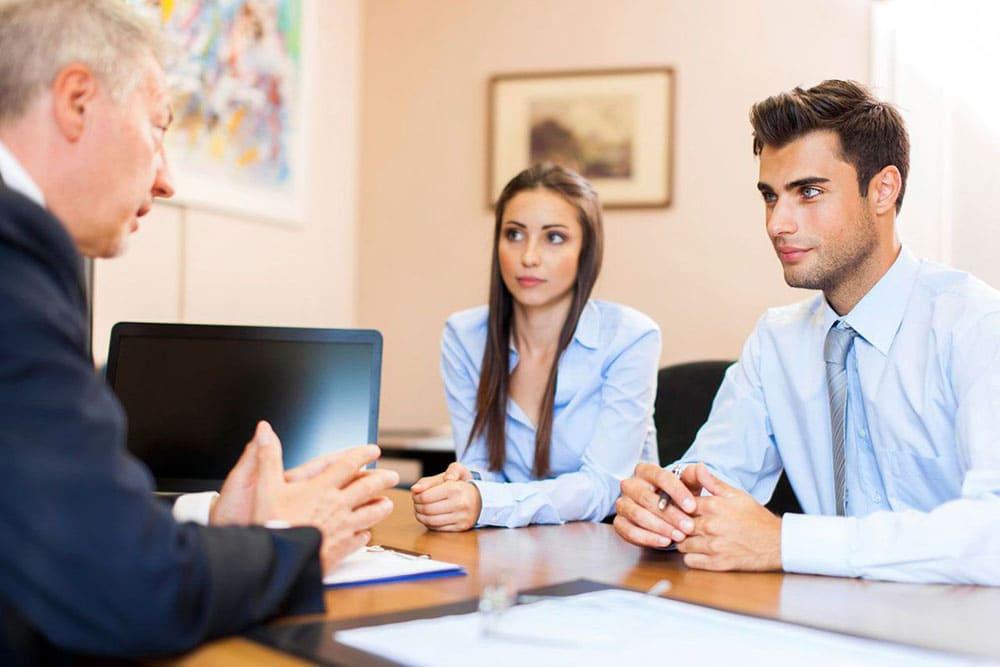 Пара на консультации у юриста