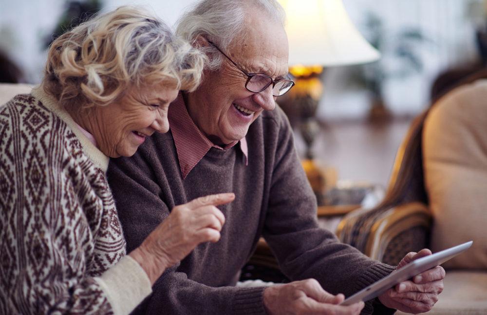 Пенсионеры с планшетом