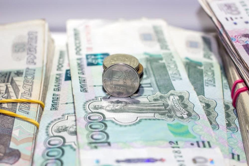 Стопки российских рублей